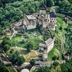 Trenčiansky hrad Mansions, House Styles, Castles, Link, Home Decor, Profile, Adventure, Viajes, Mansion Houses