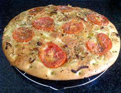 Focaccia met gekarameliseerde uien, tomaten en kruiden Het recept staat op mijn fb pagina: https://www.facebook.com/kokenenbakkenmetmarion/