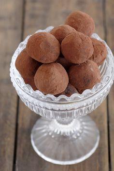 Vegan chocolate truffles with dates recipe baking sweet reci Date Recipes Baking, Healthy Dessert Recipes, Healthy Desserts, Fun Desserts, Vegan Sweets, Healthy Tips, Vegetarian Recipes, Vegan Chocolate Truffles, Chocolate Desserts