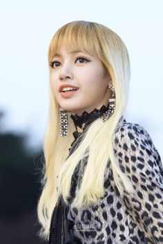 This is Lalisa Manoban (Lisa) from the Kpop girl group BlackPink 💕🌼 Blackpink Lisa, Jennie Blackpink, Kpop Girl Groups, Korean Girl Groups, Kpop Girls, Super Junior, Jenny Kim, Lisa Black Pink, Wallpaper Collection