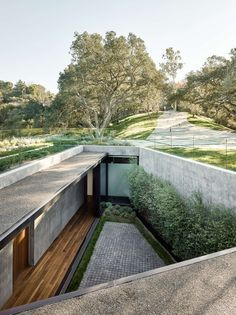 Grande maison contemporaine semi-enterrée avec toiture végétalisée | Construire Tendance