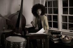 Esperanza se apresenta ao lado de Guinga, compositor brasileiro que ela <3 (Foto: Divulgação/Sandrine Lee)Outro ponto marcante da norte-americana é seu estilo doce e delicado, que foge da figura sexy atribuída a outras cantoras de jazz.