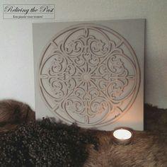 Snijd een rubber deurmat netjes uit en bevestig deze op een houten ondergrond. Verf hem in een mooie kleur (of combinatie van kleuren) en maak zo je eigen unieke ornament! Hier is gekozen voor de kleur Stone van Deco & Lifestyle.