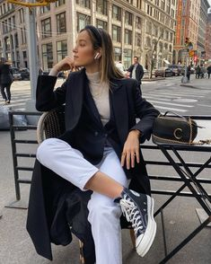 While the athleisure craze that dominated the past decade is by no means over, the fashion set is once again redefining what comfortable clothing looks like today. Sneakers Fashion Outfits, Outfits With Converse, Winter Fashion Outfits, Mode Outfits, Look Fashion, Spring Outfits, Fashion Spring, Converse Sneakers, Black Sneakers Outfit
