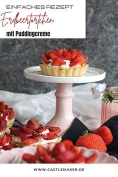 Super einfache leckere Erdbeertörtchen mit einer luftigen Puddingcreme. Das Rezept für die kleinen Tartes mit Mürbeteigboden und Erdbeeren gibt es auf Castlemaker.de Pudding, Super, Panna Cotta, Quiches, Cake, Mousse, Ethnic Recipes, Smoothies, Food