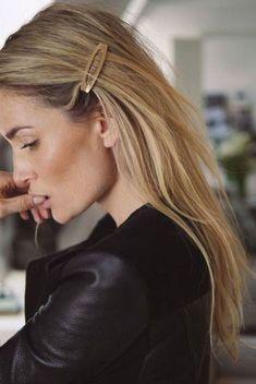 Como usar grampos de cabelo fashion: os hair clips dos anos 90 de volta como tendência de acessórios de cabelo.