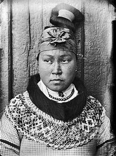 Portræt af den vestgrønlandsk kvinde Regine 21 år. Hun er iført en perlekrave og har en hårtop Jf. billede 21888. Fotograf og d... Beaded Collar, Arctic, Denmark, Eye Candy, Poses, Statue, History, Country, People
