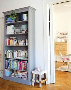 Interior Design: Discovering your inner décor goddess Grey Bookshelves, Grey Shelves, Bookcases, Home Living Room, Apartment Living, Sofa Couch, Pretty Room, Home Decor Inspiration, Ideal Home