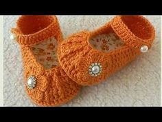 Sapatinho de crochê em relevo. - YouTube Knit Baby Booties, Knit Boots, Booties Crochet, Baby Boots, Crochet Slippers, Baby Girl Shoes, Baby Girl Crochet, Crochet Baby Shoes, Crochet Baby Clothes