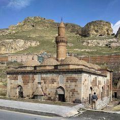 Önde Tuğrul Bey Camisi arkada Ulu Cami Adilcevaz.