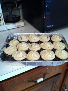 Chocolate Cupcakes with Vanilla Bean Buttercream Frosting. Yummy and moist, grea. Macaroon Cookies, Macaroons, Hershey Recipes, Cookie Recipes, Frosting Recipes, Buttercream Frosting, Chocolate Cupcakes, Choco Chocolate, Paste Recipe
