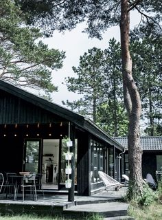Sommerbolig: Fra cigarkasse til zen - Boligliv - ALT. Pole Barn House Plans, Pole Barn Homes, Cottage Design, House Design, Danish House, Mid Century Exterior, Summer Cabins, Dark House, Home Fashion