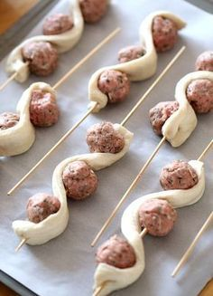Superbowl Snacks Meatball Subs on a Stick ~ A super fun spin on the classic! This recipe uses turkey meatballs so they are lowfat as well as delicious! Appetizers For Party, Appetizer Recipes, Party Fingerfood, Gourmet Appetizers, Tapas, Beef Recipes, Cooking Recipes, Meatball Recipes, Meatball Sub Recipe