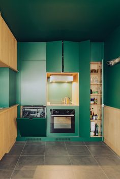Thirty kitchens designed by architects Green Apartment, Parisian Apartment, Paris Apartments, Apartment Interior, Mdf Cabinets, Green Cabinets, Homemade Furniture, Cheap Furniture, Kitchen Designs