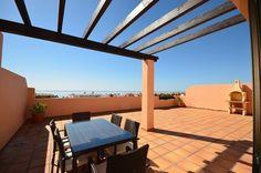 Nya lägenheter och takvåningar i Casares Playa endast 300 meter från stranden.