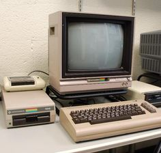 How to play Commodore 64 games on Linux Vaporwave, Alter Computer, Computer Basics, Computer Setup, Consoles, Old Technology, Energy Technology, Box Tv, Electronic Devices
