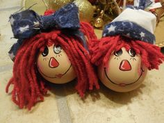 Raggedy Ann and Andy light bulb ornaments Light Bulb Art, Light Bulb Crafts, Painted Light Bulbs, Ornament Crafts, Diy Christmas Ornaments, Holiday Crafts, Christmas Crafts, Lightbulb Ornaments, Christmas Ideas