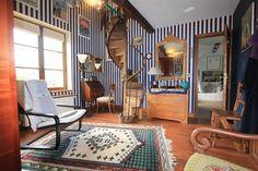BOUVIERS (Hameau de Guyancourt) à 10 mn de Versailles. Cette longère pleine de charme ravira les amoureux des vielles pierres et des poutres apparentes. Construite sur un très beau terrain de 1050 m², elle inspire au calme et à la méditation. Vous trouverez, au rez-de-chaussée de cette bâtisse, une cuisine, un bureau, un séjour, un salon avec cheminée, une chambre avec sa salle de bains et une véranda; au premier étage, une pièce mezzanine qui vous servira de salle de lecture ou de salle…