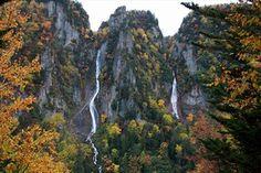 写真:層雲峡の峡谷を流れおちる2本の滝。銀河の滝と流星の滝
