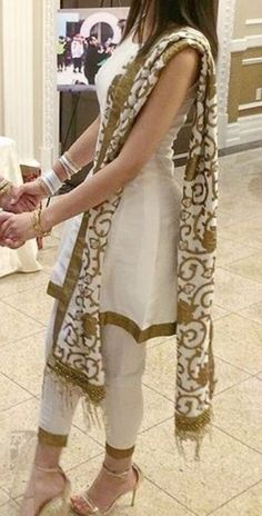 Stylish Dresses For Girls, Stylish Dress Designs, Designs For Dresses, Casual Dresses, Fashion Dresses, Simple Pakistani Dresses, Pakistani Wedding Outfits, Pakistani Dress Design, Dress Indian Style