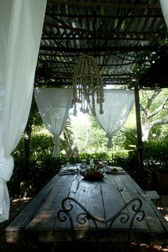 Playa Manglares, hosteria: El comedor rodeado de jardín, asegura gratos momentos de convivencia mientras disfruta de los deliciosos platos típicos de la región.