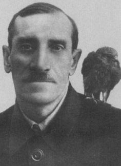 Александр Грин с ястребом Гулем. 1920-е гг.