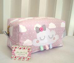 Necessaire Baby Box é ótima para guardar os produtos do seu bebê e também para usar como porta fraldas. Peça SUPER delicada e charmosa para levar na maternidade. Confeccionada em tricoline (100% algodão), estruturada e com aplicação do tema. Sewing Hacks, Sewing Tutorials, Mochila Tutorial, Baby Toilet, Kit Bebe, Baby Kit, Baby Crib Bedding, Patch Quilt, Cute Diys