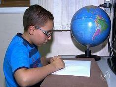 Menino com deficiência visual desenha com a ajuda da memória | Portal PcD On-Line