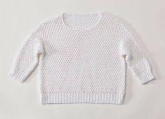Den Pullover häkeln wir aus vielen Stäbchen und Luftmaschen. Er ist dadurch sehr grobmaschig. Das Garn ist ein sommerlicher Mix aus Viskose, Baumwolle ...