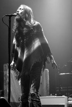 Chris Robinson of the Black Crowes does a nice job of bringing it back. we like his style. Music Pics, Music Photo, Rock And Roll Bands, Rock N Roll, Rock Bands, Kinds Of Music, My Music, The Black Crowes, Sing To Me