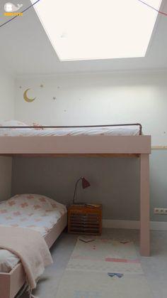 Gedeelde kinderkamer. DIY bunkbed. Shared bedroom. Hoogslaper. Beddengoed en muursticker Bibelotte. Vloerkleed Arro Home. Kastje vintage.