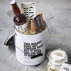 Handig blik dat voor diverse doeleinden te gebruiken is. Bijvoorbeeld als kadoverpakking, maar ;ook ;in de werkkamer, of in de keuken voor al je keukenaccessoires of vul hem met ijs en gebruik hem als wijnkoeler.
