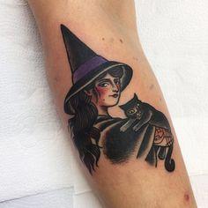 Tatuagem de vampira pinup com gatinho feita por Jessica O. no estilo old school. #tatuagem #tattoo #tradicional #oldschool #vampira #pinup #gato