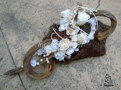 Kompozycja funeralna, czy bardziej popularnie: stroik na grób, nie musi zawierać wiele kwiatów, wiele kolorów... Przed Wami stroik w tonacji brązowo- kremowej. Składa się ze sztucznych kwiatów, nat... Country Wedding Decorations, Ikebana, Grapevine Wreath, Interior Design Living Room, Funeral, Fall Decor, Diy And Crafts, Easter, Wreaths