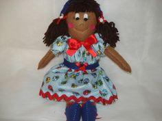 Boneca confeccionada em feltro, enchimento manta acrílica, cabelos de lã, bordada a mão, vestido estampado e laço de fita para completar... R$ 35,00
