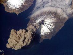 panorama de un volcan en erupción   NASA
