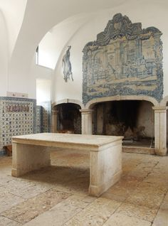 As in your average Baroque Palace, the piano nobile is reserved for the public rooms with fancy azulejos and stuccoed ceilings. The Correio-mor is no different, but things get interesting downstairs too – the kitchen with its wide stone slab flooring gets a tall wainscot of painted blue and white azulejos all around.