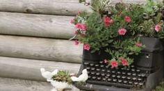 Letto, pianoforte e vecchie scarpe fai da te per un giardino da fiaba