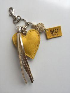 Yellow & Gold leren hartje sleutelhanger Diy Keychain, Leather Keychain, Leather Earrings, Leather Jewelry, Gold Leather, Keychains, Leather Label, Leather Gifts, Cowhide Bag