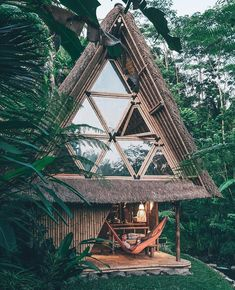 Tree houses, cliff rooms, bubble hotels: Bali is full of adventurous accommodations! Some of these special accommodations in Bali can be found here! Cabana, Bungalow, Beautiful Homes, Beautiful Places, A Frame House, Cabins In The Woods, House Goals, Life Goals, My Dream Home