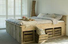 Scaffolding wood bed with fruit boxes - Cama de madera de andamios con cajas de frutas