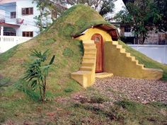 With this novel technique you can make an earthbag building to serve as a studio, garden shed, chicken coop, or root/storm cellar � no permit required! Originally published as