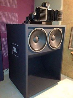 GREAT SOUND JBL 'scooped' bass-bin + Horn with acoustic lens' Oddly, less than 'neighbor-friendly'. Pro Audio Speakers, Audiophile Speakers, Horn Speakers, Sound Speaker, Diy Speakers, Hifi Audio, Speaker Box Design, Audio Equipment, Audio System