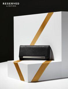 klasyczna, czarna kopertówka z delikatnym metalicznym elementem, w sam raz na dodatek do świątecznego, boś sylwestrowego stroju