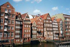 Historische Häuserzeile an der Deichstraße mit Blick auf das Nikolaifleet, Hamburg, Deutschland