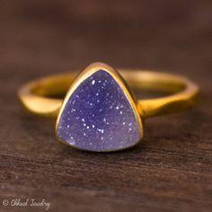 Gold Purple Mauve Druzy Trillion Cut Ring Triangle Ring por OhKuol