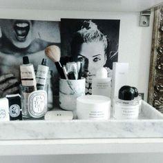 Bathroom vanity tray decor makeup storage ideas for 2019 Bathroom Vanity Tray, Vanity Decor, Bathroom Styling, Rangement Makeup, Make Up Storage, Storage Ideas, French Beauty, French Makeup, Tray Decor