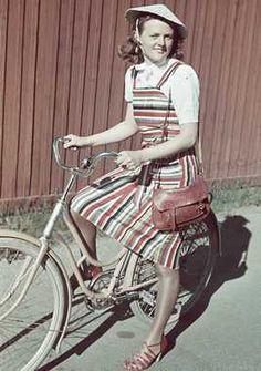 1941. Digitalt Museum - Kvinna med cykel.