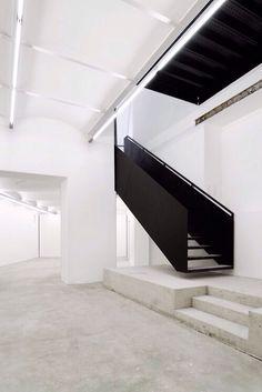 black iron stairs staircase interior design home decoration decor good… Black Staircase, Stairs And Staircase, Interior Staircase, Stair Handrail, Stairs Architecture, House Stairs, Staircase Design, Interior Architecture, Staircase Ideas
