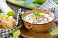 Unser Rezept für Käse-Lauch-Suppe mit Hack ist ganz leicht – das geht auch während einer Diät.